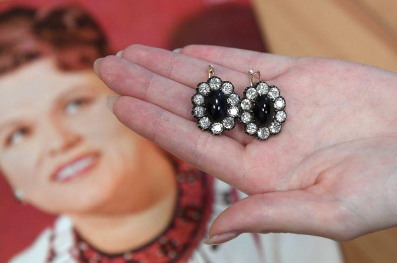 Любимые серьги Людмилы Зыкиной, которые она называла « Мои серьги» и в которых была запечатлена на многих фотографиях. Серьги (1908-1917 годы) с бриллиантами старинной огранки и сапфирами огранки кабошон в 17 карат.