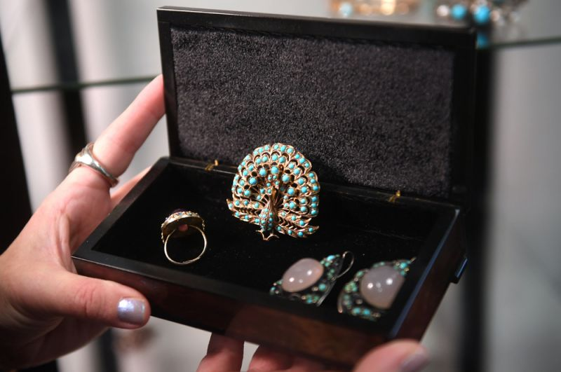 Слева направо: серебряное кольцо с аметистом и горячей эмалью (вторая половина XX века), золотая брошь «Павлин» с бирюзой (вторая половина XX века), серебряные серьги с бирюзой и халцедонами (1970-е годы).