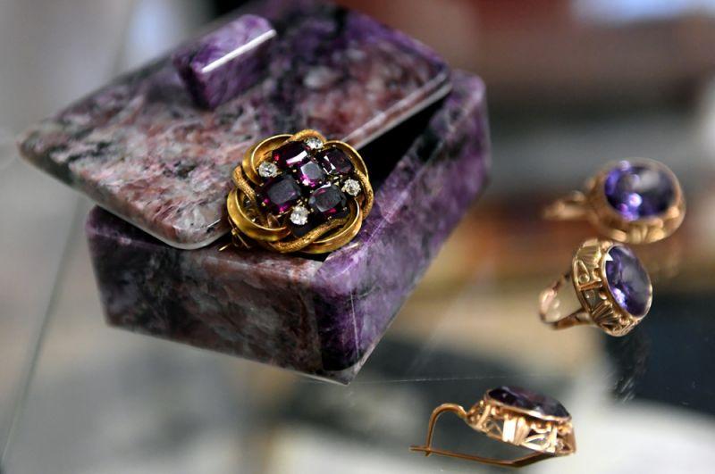 Слева направо: старинная золотая брошь (начало XX века) с четырьмя бриллиантами и пятью природными гранатами альмадинами и малая парюра — золотые серьги и кольцо с корундами (вторая половина XX века).