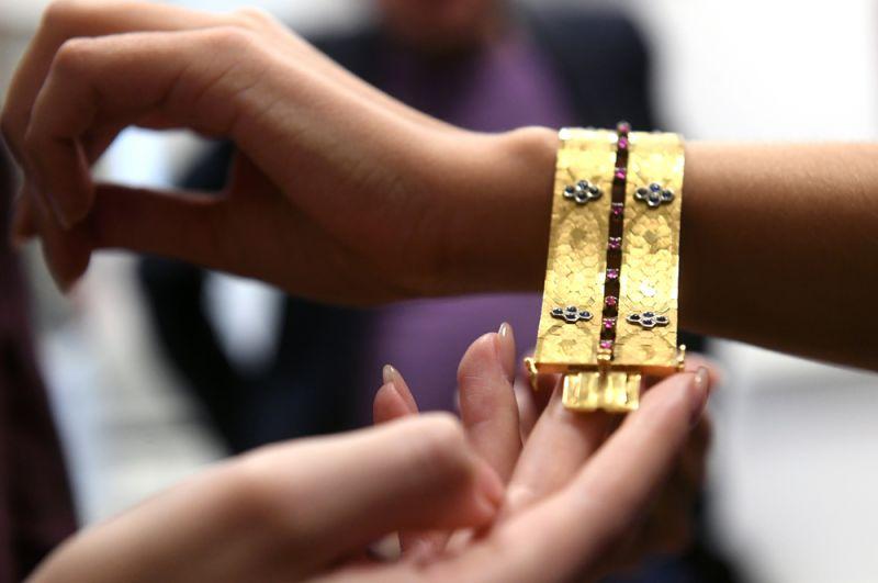 Золотой браслет второй половины XX века с 40 сапфирами огранки кабошон и 20 природными рубинами такой же огранки.