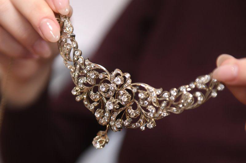 Колье, созданное бакинскими мастерами и подаренное Зыкиной, по семейному преданию, самим Гейдаром Алиевым (президентом Азербайджана в 1993-2003 годы). Выполнено в белом и желтом золоте, украшено 127 природными бриллиантами.