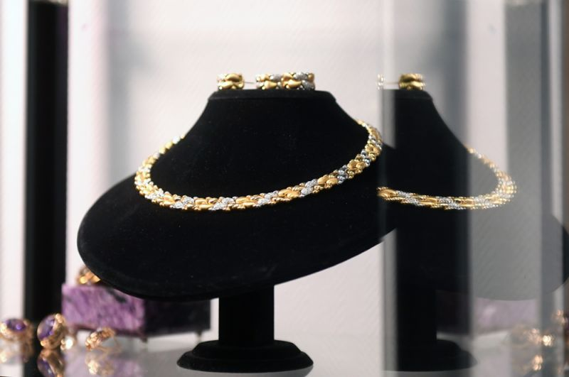 Малая парюра (набор): колье, серьги и кольца из белого и желтого золота. Колье украшено 112 бриллиантами по 1,4 карата, серьги — 32 бриллиантами, кольцо — 16 бриллиантами (все вторая половина XX века).