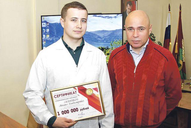 Вручение Игорем Артамоновым (на фото справа) «Губернаторского миллиона» Михаилу Сальникову.