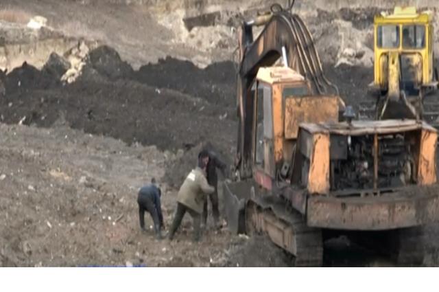Добычу отходов ведут масштабно, применяя тяжёлую технику - бульдозеры и экскаваторы.