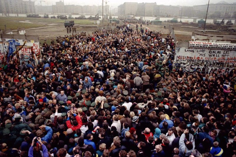Жители Восточного и Западного Берлина пересекают границу на Потсдамской площади.