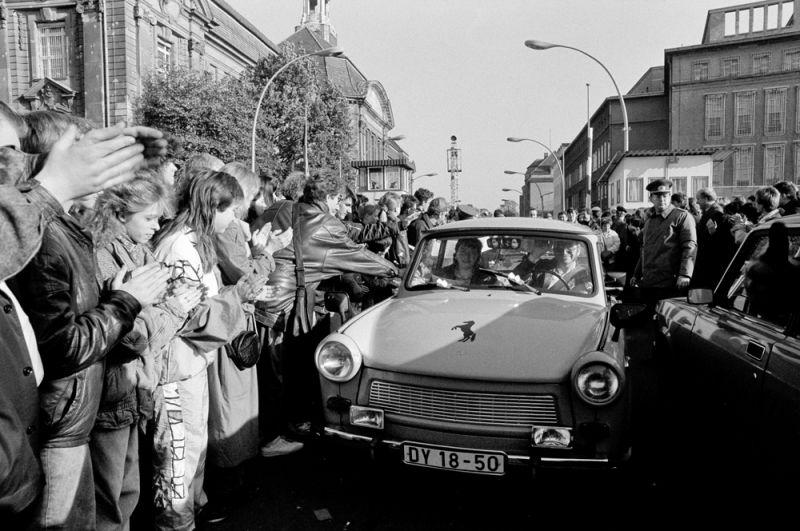 Жители Западного Берлина приветствуют автомобиль «Трабант» после открытия границы.