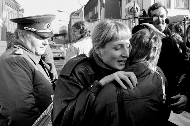 Жители Восточного и Западного Берлина обнимают друг друга у КПП на Инвалиденштрассе.