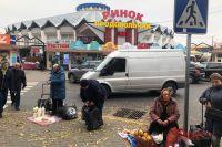 В центре города улицы похожи на стихийные рынки: тут и там торгуют то фруктами, то молоком, то галошами.