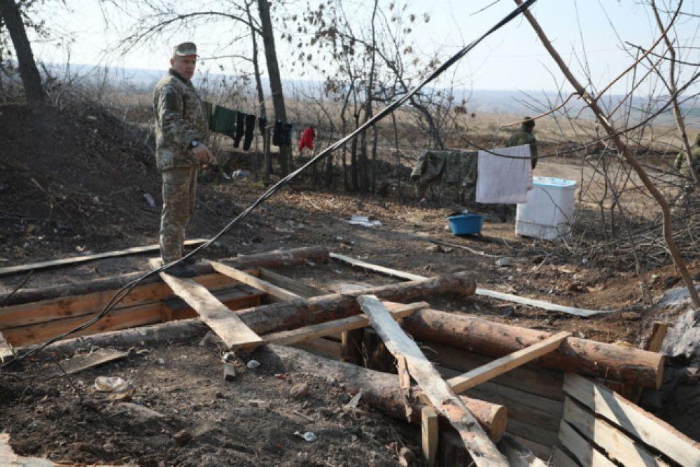 Запасные позиции второй линии обороны украинской армии расположены на высотах за селом, а вот новые позиции, куда должны отойти украинские военные, никому не показывают.