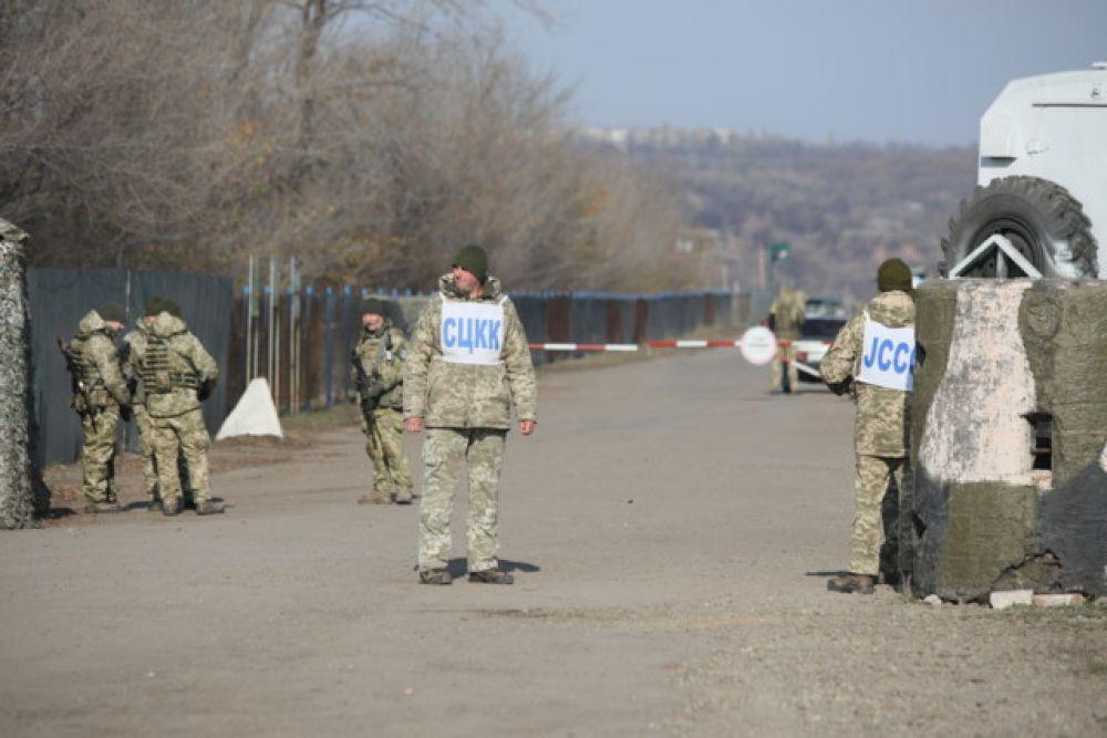 Сейчас украинские военные, которые держат оборону перед поселком Золотое-4, не отходят со своих позиций. Участок разведения № 2 располагается между поселками Золотое-4 и Луганское (№1 - это Станица Луганская).