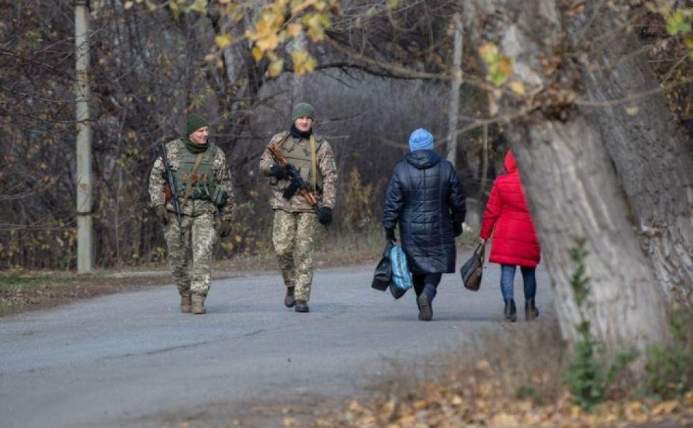К слову, миссия ОБСЕ и СЦКК не зря интересовались жизнью местного населения: буквально за пару недель до разведения войск волонтеры Донбасса и местные жители выступили против этой инициативы.