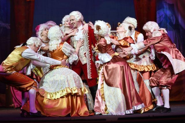 В мюзикле «Голубая камея» задействованы практически все ведущие артисты театра, а некоторые даже сразу в двух ролях.