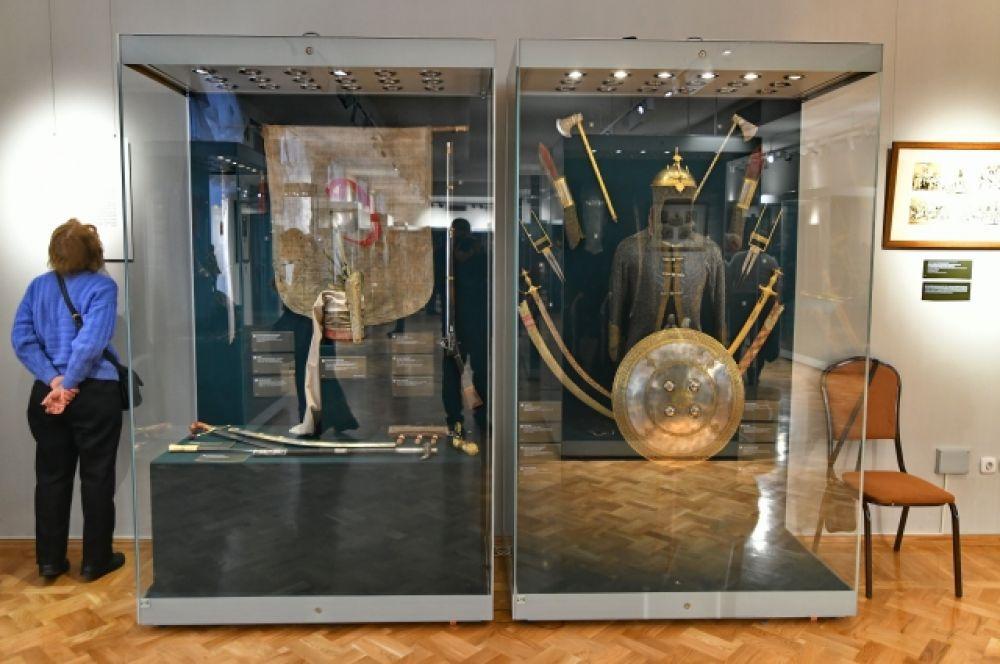 Археологические артефакты, памятники декоративно-прикладного искусства, медали и монеты из коллекций отделов Востока, Западноевропейского искусства.