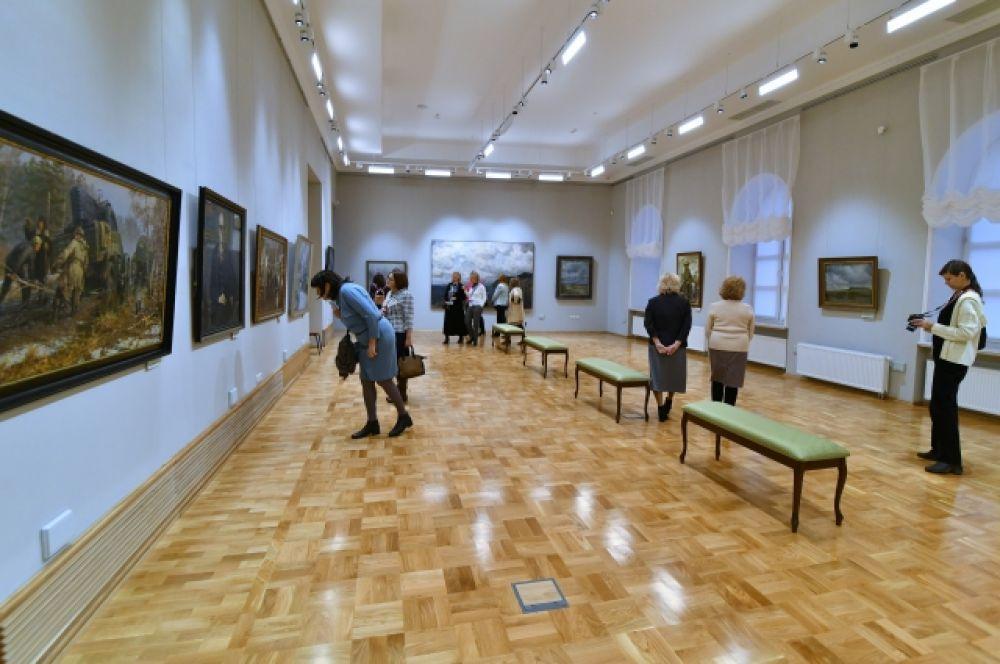 В новом музейном комплексе есть удобные лавочки и отличное освещение, позволяющее тщательно разглядеть работы.
