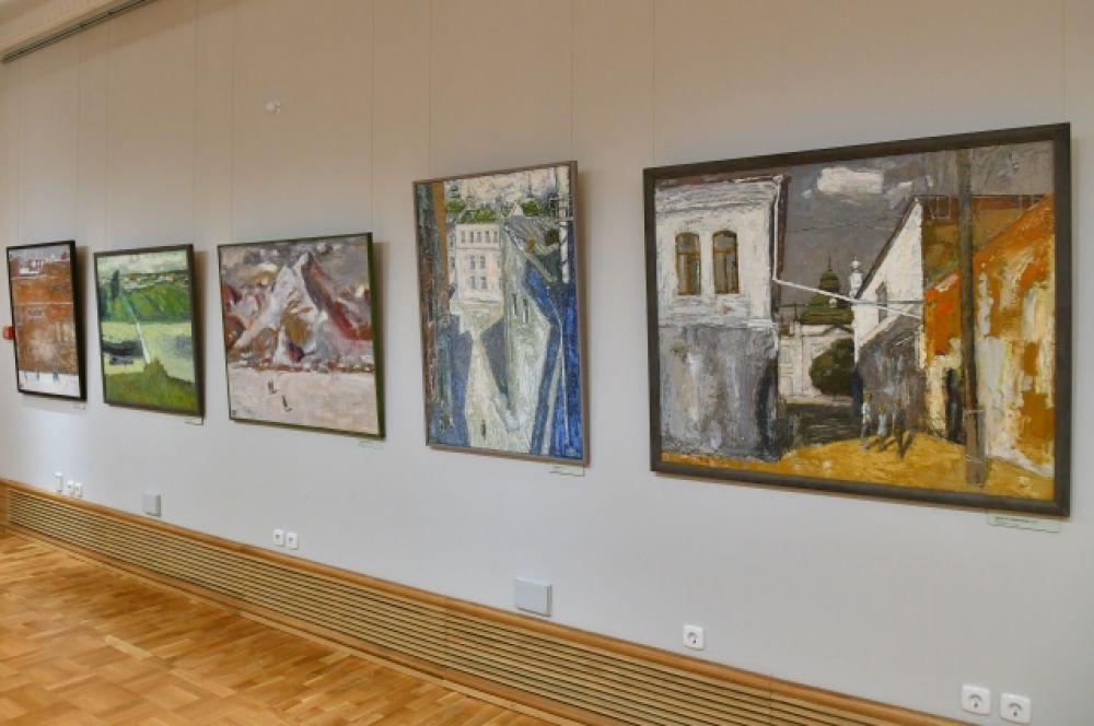 Кроме того, в центре «Эрмитаж-Сибирь» открылись ещё две выставки - «Художники Омска. Избранное» (третий этаж) и «Геймран Баймуханов. Избранное» (второй этаж).