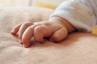 К 3-4 месяцам ребенок уже должен опираться на руки