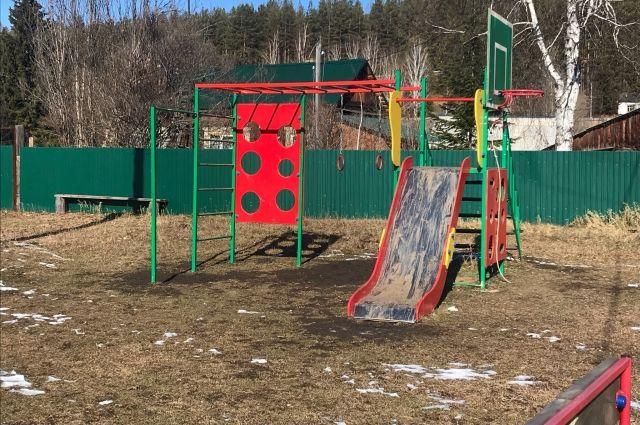Единственное яркое пятно в Добролёте - детская площадка, которую торжественно открыли совсем недавно.