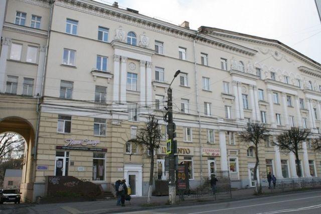 Фасад дома на улице Дзержинского выглядит красиво, но на комфорте квартир это не отражается.