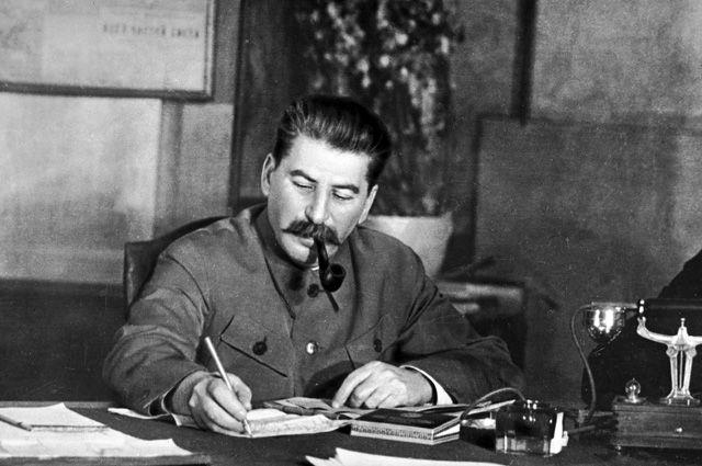 Иосиф Сталин в своем рабочем кабинете.