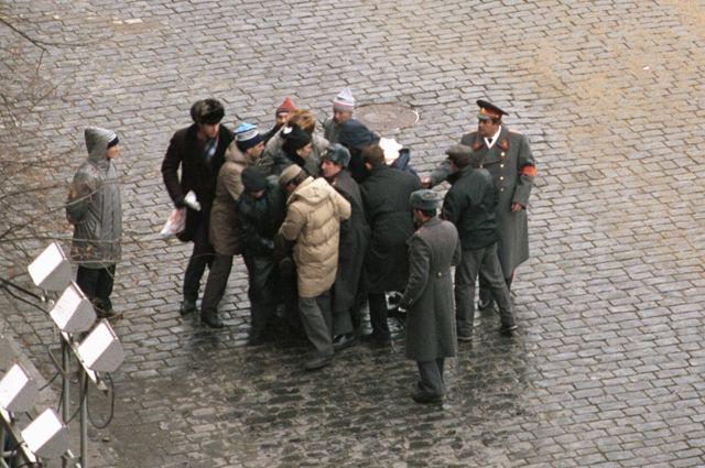 Милиция и прохожие задерживают на Красной площади жителя Ленинграда Александра Шмонова. Во время праздничной демонстрации он произвел два выстрела из обреза охотничьего ружья с намерением убить президента СССР Михаила Горбачева. 7 ноября 1990 года.