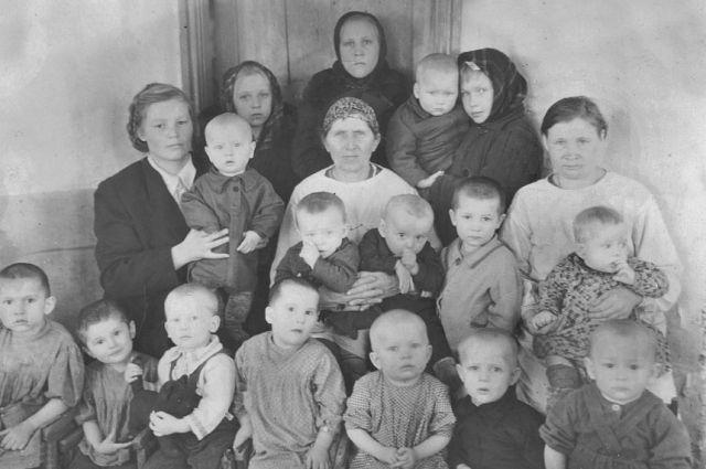 Маленькие жители поселка Кедровый. Многим из них повезло выжить в условиях суровых сибирских зим