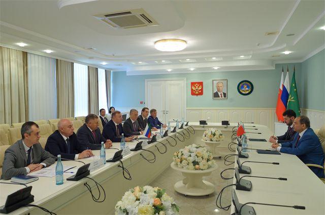 Переговоры главы Адыгеи и чрезвычайного и полномочного посла Королевства Бахрейн в России.