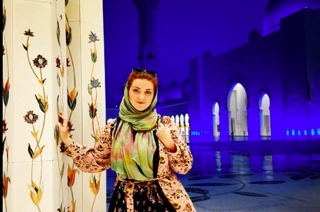 Арина третий год работает в Абу-Даби учителем музыки.
