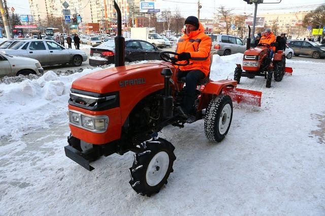 Мини-тракторы пройдут даже по узким тротуарам.