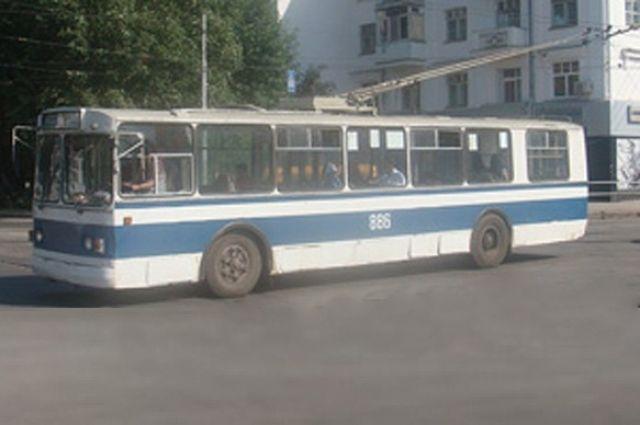 Водитель не заметила, как одного пассажира зажали двери транспорта.