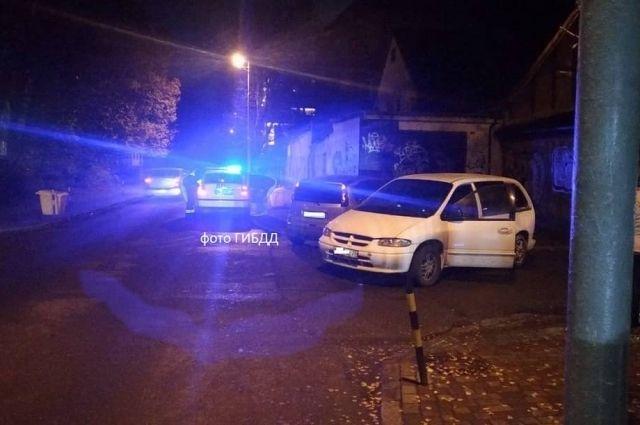 В Калининграде водитель Crysler врезался в автомобиль и сбил пешехода