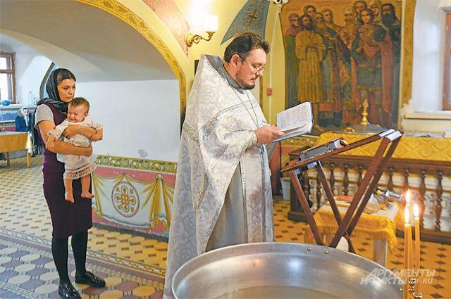 В старинном храме, несмотря на ремонтные работы, продолжают совершать богослужения и крестить маленьких жителей Куркина.