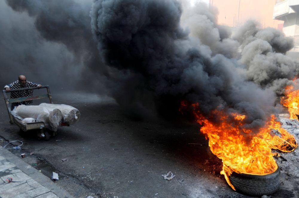 Во время антиправительственных акций в Багдаде, Ирак.