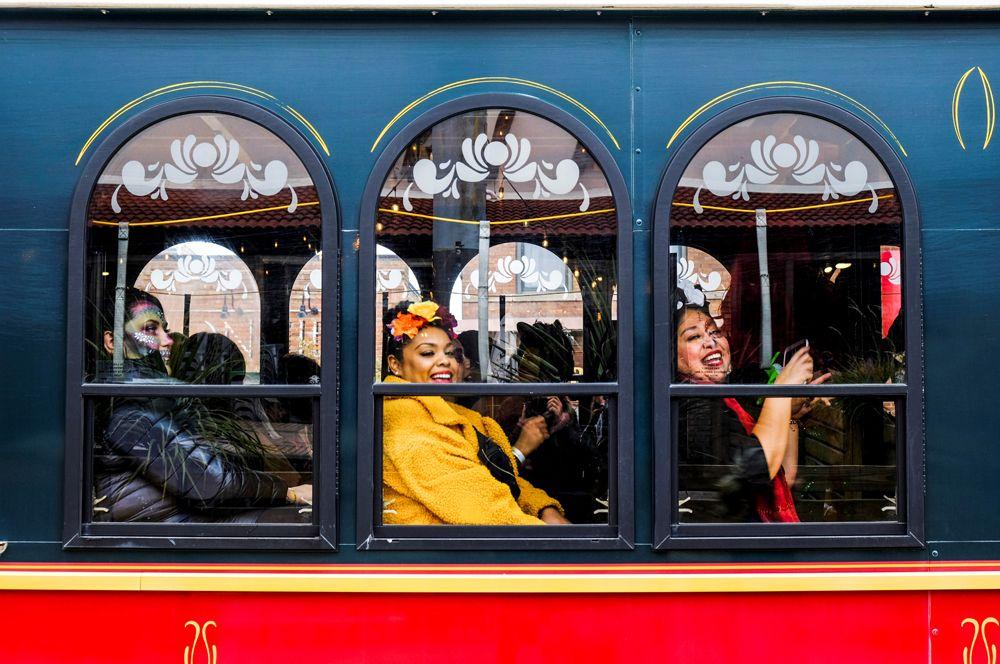 Мексиканские женщины едут на празднование Дня мертвых в Чикаго, США.