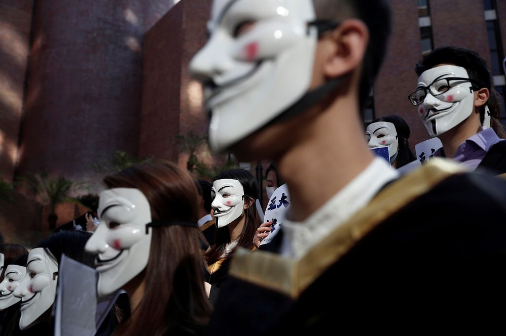 Студенты в масках Гая Фокса во время пресс-конференции в поддержку антиправительственных акций в Гонконге.