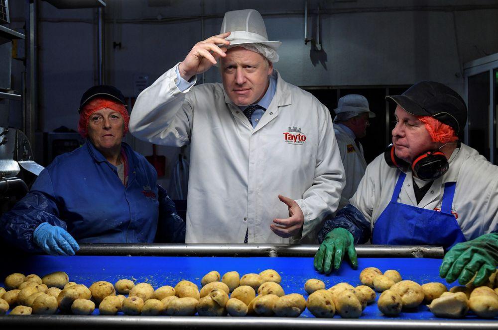 Премьер-министр Великобритании Борис Джонсон во время визита на фабрику по производству чипсов в графстве Арма в Северной Ирландии.