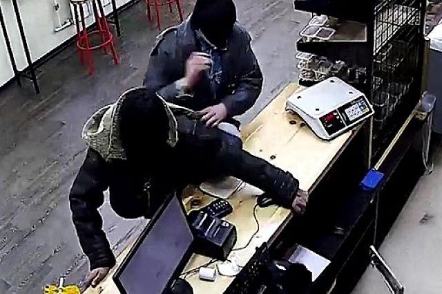 Злоумышленники похитили из кассы 1 500 рублей.