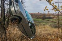 Под Днепром в результате ДТП автомобиль «повис» на дереве