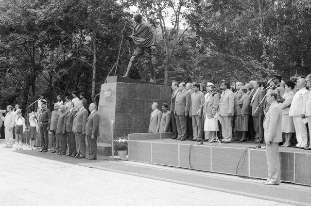 Торжественное открытие памятника Махатме Ганди в Москве.