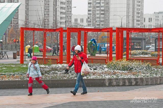 Обновлённая пешеходная зона у метро стала местом прогулок для многих жителей .
