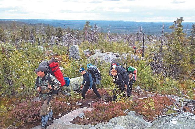 Яков Попов со своими учениками насвященной горе Воттоваара– высшей точке Карельского перешейка.