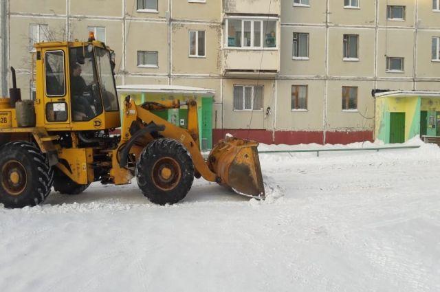 Коммунальщики Ноябрьска два часа искали хозяев авто, чтобы почистить двор