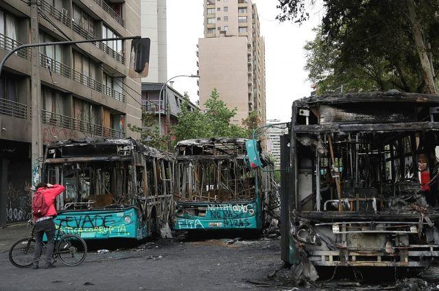 В Чили во время акции протеста подожгли университет photo