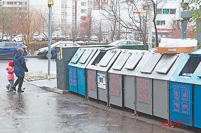 Оборудованная контейнерная площадка во дворе домов 44–46 по Митинской улице.