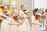 Первым на сцене появился ансамбль скрипачей.