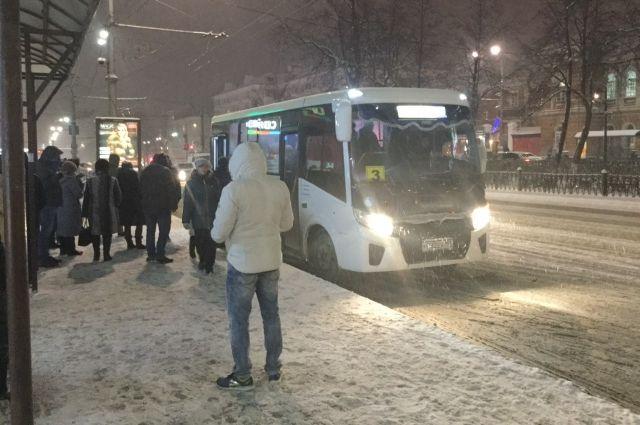 После поломки пассажиров высадили из дымящегося автобуса и попросили пересесть на другой по тем же билетам.