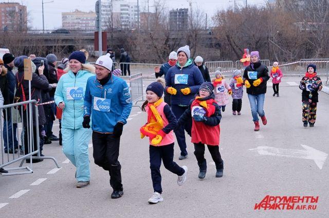 Некоторые участвовали в забегах большими семьями с бабушками, дедушками и детьми.