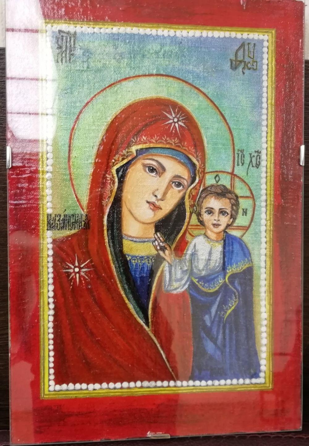 Образ Казанской иконы Божией Матери написан красками на холсте.