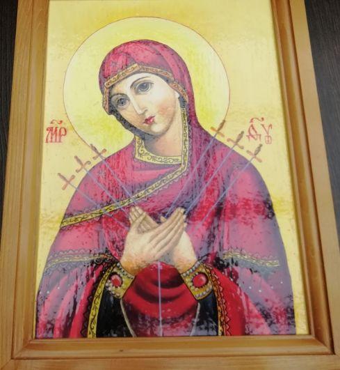 Среди работ много образов Богородицы.