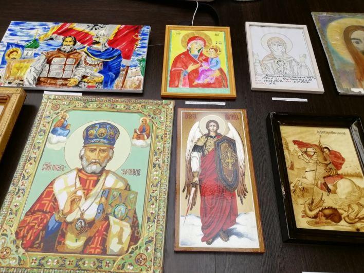 После того, как иконы осуждённых освятят, их передадут в тюремные храмы и молельные комнаты.