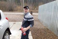 Андрей Ашихмин попробовал погасить пламя небольшим огнетушителем из своего автомобиля, но, поняв, что его недостаточно, взял большего объема на АЗС